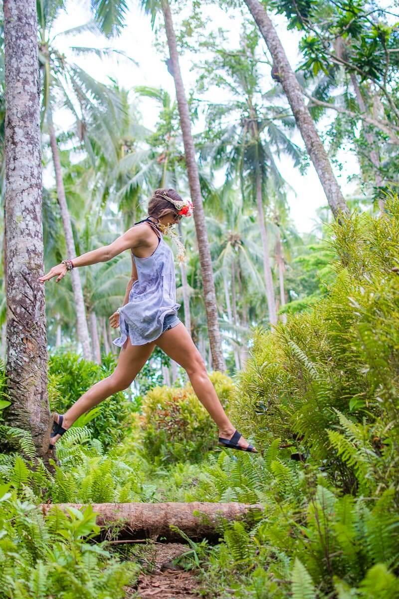 hiking solomon islands jungel walk blogger